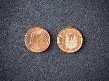 Una cabeza y cola españolas de la moneda del euro en el fondo gris foto de archivo