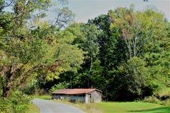 Una cabina che sta sulla montagna fotografia stock libera da diritti