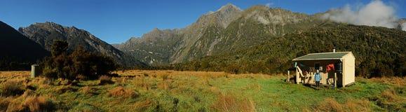 Una cabina di caccia in montagne Fotografia Stock Libera da Diritti