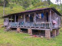Una cabina di legno molto vecchia e sudicia fotografia stock libera da diritti