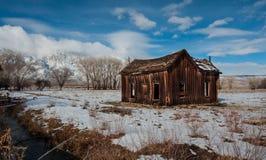 Una cabina nella sierra catena montuosa California fotografie stock libere da diritti