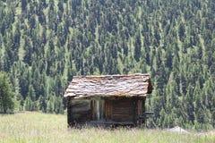 Una cabina rústica vieja en Suiza imagen de archivo libre de regalías