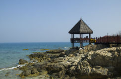 Una cabina sola dal mare con le rocce Fotografia Stock