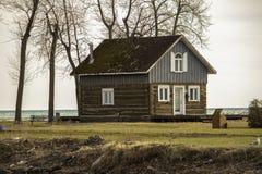 Una cabina vicino alle banche del lago immagini stock