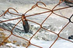 Una cadena de la cerradura y de la pared Imagen de archivo libre de regalías