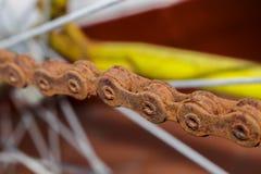 Una cadena muy oxidada de una bicicleta vieja Imagen de archivo libre de regalías