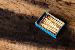 Una caja abierta del partido en un fondo de madera Esta imagen se puede utilizar para representar la fabricación del incendio pro fotografía de archivo libre de regalías
