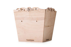 Una caja abierta para los juguetes multicolores, bloques y cubos, aislados en un fondo blanco Un pecho de madera para los juguete foto de archivo