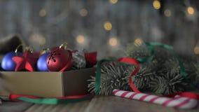 Una caja de decoraciones de la Navidad almacen de metraje de vídeo