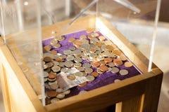 Una caja de la caridad en una iglesia de monasterio del casco, Inglaterra, Reino Unido fotos de archivo