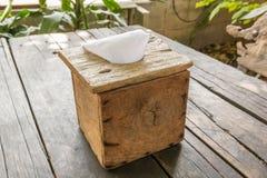 Una caja de madera del tejido en la tabla de madera Foto de archivo libre de regalías