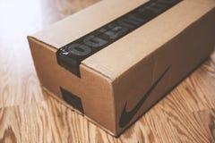 Una caja de Nike en el piso imagen de archivo libre de regalías