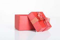 Una caja de regalo roja vacía con la tapa apagado Foto de archivo