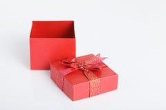 Una caja de regalo roja vacía con la tapa apagado Imagen de archivo libre de regalías