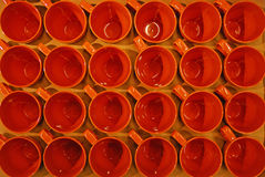 Una caja de tazas anaranjadas de Brown con la visión superior fotografía de archivo libre de regalías