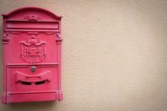 Una caja de una sola vez del email en la pared fotos de archivo libres de regalías