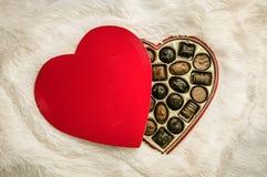 Una caja en forma de corazón de chocolates Foto de archivo
