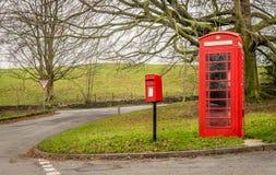 Una caja roja británica tradicional del teléfono y del poste, imagen de archivo libre de regalías