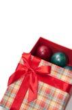 Una caja roja hermosa con un arco rojo y los huevos de Pascua Imagenes de archivo