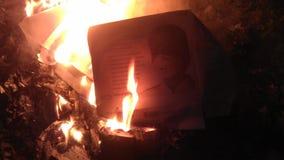 Una caja vacía de máscaras antivirus del respirador quema Fotografía de archivo
