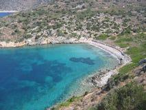 Una cala vista por la alta con el mar con los diversos tipos de azul y de una costa de maquis mediterráneos Turquía Fotografía de archivo libre de regalías