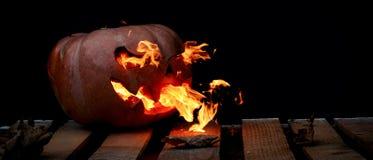 Una calabaza peligrosa muy peligrosa de Halloween, con una mirada severa Imagen de archivo libre de regalías