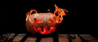 Una calabaza peligrosa muy peligrosa de Halloween, con una mirada severa Foto de archivo