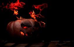 Una calabaza peligrosa muy peligrosa de Halloween, con una mirada severa Fotos de archivo