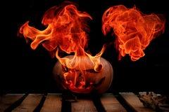 Una calabaza peligrosa muy peligrosa de Halloween, con una mirada severa Fotos de archivo libres de regalías