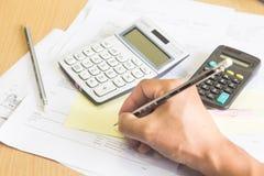 Una calculadora está en números de un balance es estadísticas foto Foto de archivo libre de regalías