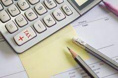 Una calculadora está en números de un balance es estadísticas foto imagen de archivo libre de regalías