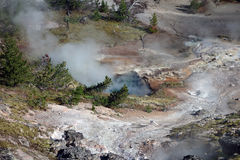 Una caldera di cottura a vapore encrusted con i giacimenti minerari Immagini Stock