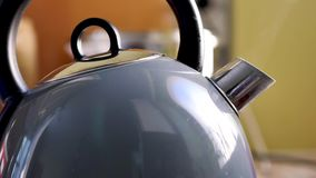 Una caldera en una cocina metrajes