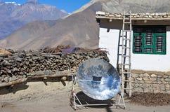 Una caldera se hierve usando un reflector solar Imagen de archivo libre de regalías