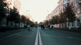 Una calle animada con la gente y las máquinas Rusia, Krasnodar, octubre 7,2018 almacen de video