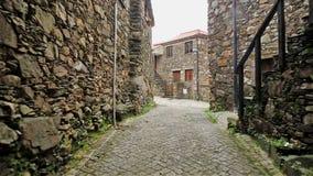 Una calle cobbled con las casas rústicas en pueblo del esquisto de Pena almacen de metraje de vídeo