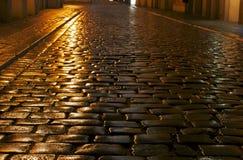 Una calle cobbled en la lluvia Fotos de archivo libres de regalías