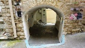 Una calle colorida en Parga, Grecia Fotos de archivo libres de regalías