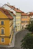 Una calle de casas coloreadas en el centro de Praga República Checa imágenes de archivo libres de regalías