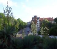 Una calle de la ciudad en un día de verano de domingo fotos de archivo libres de regalías