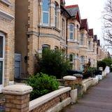 Una calle de las casas amarillas atractivas del ladrillo de Edwardian fotos de archivo libres de regalías