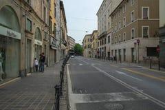 Una calle en centro de ciudad de Brescia con las pequeños tiendas y café fotos de archivo libres de regalías
