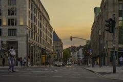 una calle en el área de Königsallee, Düsseldorf, Alemania en la oscuridad fotografía de archivo