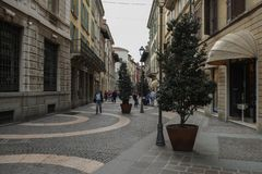 Una calle en el centro de ciudad de Brescia, Italia fotografía de archivo libre de regalías