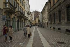 Una calle en el centro de Monza, Italia fotos de archivo