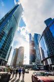 Una calle en el complejo de la Moscú-ciudad contra el contexto de skys imagenes de archivo