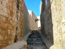 Una calle en la ciudad histórica de Lindos en Rodas Foto de archivo libre de regalías