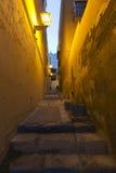 Una calle en la ciudad vieja de Alicante del cerca Fotos de archivo
