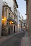 Una calle en la ciudad vieja de Alicante en la oscuridad Imagen de archivo
