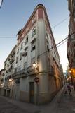Una calle en la ciudad vieja de Alicante en la oscuridad Imágenes de archivo libres de regalías